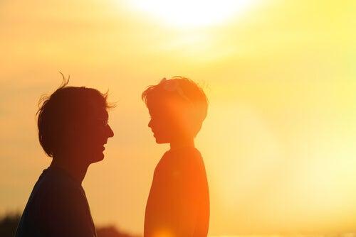 Padre hablando con su hijo de la separación