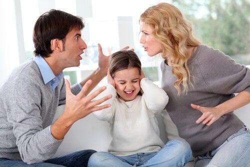 Padres discutiendo delante de su hija