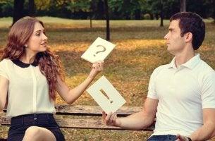 Escena representando los errores comunes de comunicación en pareja