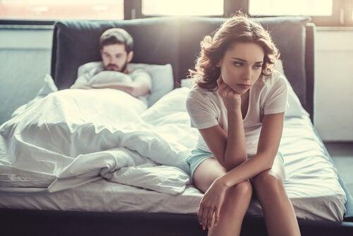 Pareja en la cama con problemas por alorgasmia