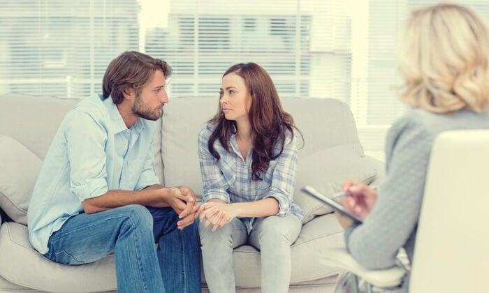 pareja trabajando el apego seguro con la terapeuta