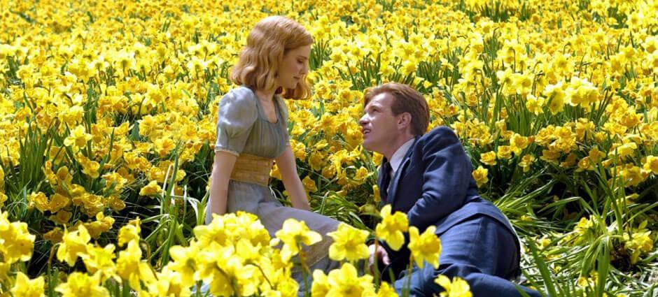Pareja en un campo con flores amarillas