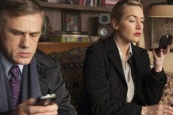 Pareja mirando su móvil