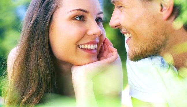 pareja manteniendo el contacto visual para seducir