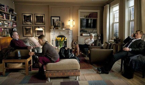 Adultos en un salón