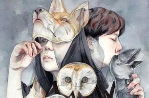 personas con máscaras representando a los amigos falsos