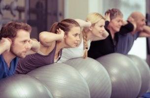 Personas descubriendo los beneficios psicológicos del pilates