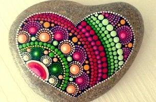 piedra que representa los componentes de la Inteligencia Emocional