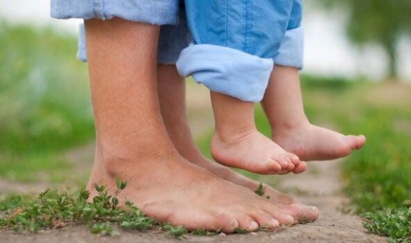 pies de papá y su bebé trabajando el apego seguro