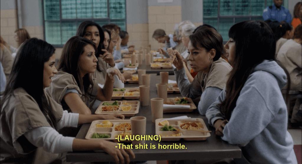 Mujeres presas en el comedor