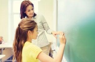 Profesora de matemáticas con alumna