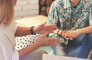 Psicóloga hablando con paciente