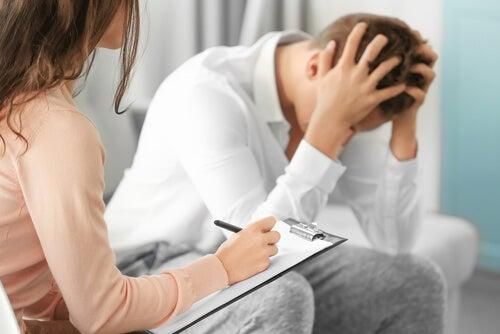 Psicóloga tratando a un profesional sanitario