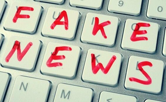 Teclado con las palabras fake news escritas