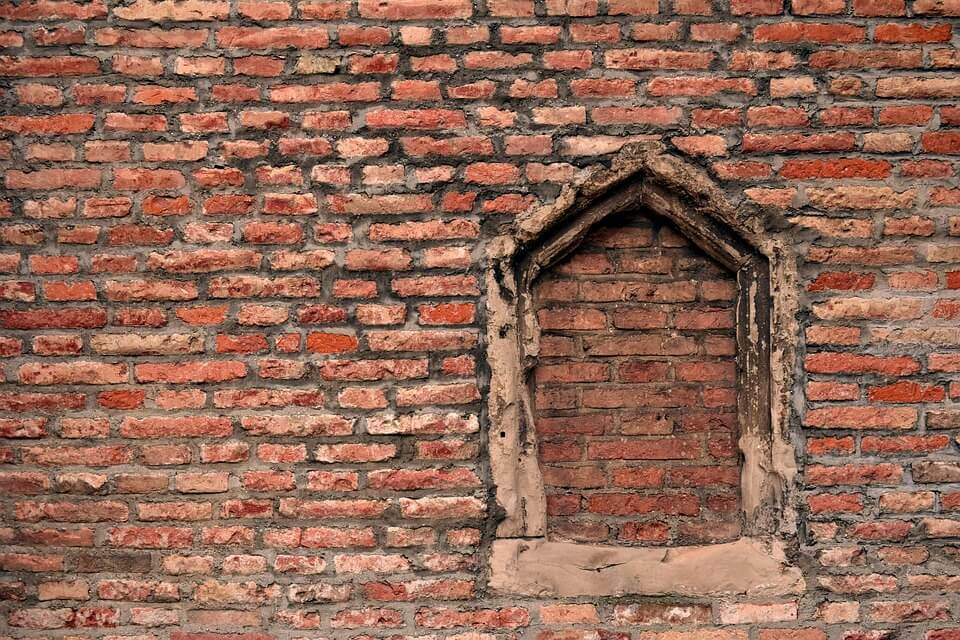 Ventana en muro de ladrillos