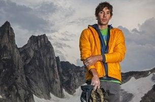 Alex Honnold ante una montaña