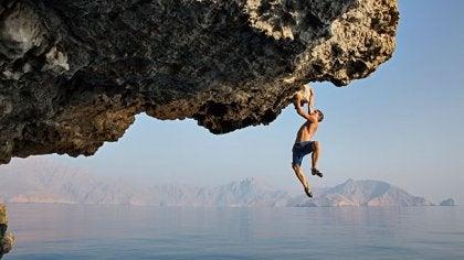chico escalando y sintiendo la adrenalina de dejar todo para el último momento
