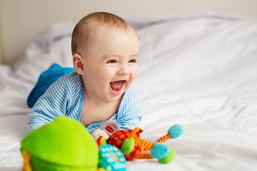 Bebé sonriendo mientras juega