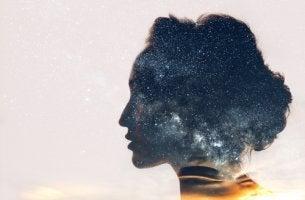 Cabeza de mujer con un universo en su interior para representar la psicología integral