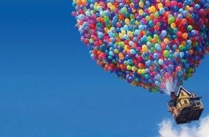 Casa volando con globos de colores