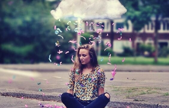 chica bajo una nube sintiendo los valores que nos rigen