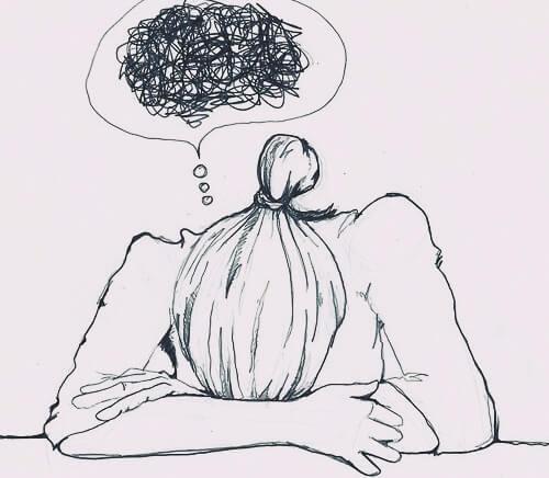 mujer preocupada representando los mitos sobre la ansiedad