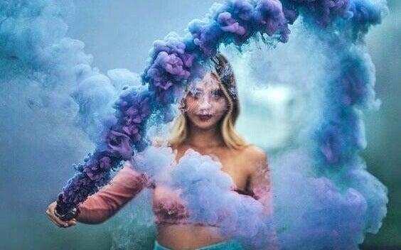 Chica con humo azul pensando en no demostrar nada a nadie