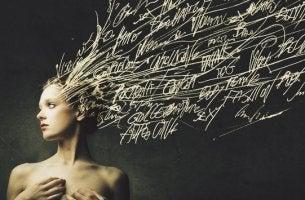 chica con palabras en el cabello representando los engramas
