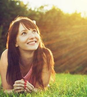 Chica mirando al sol