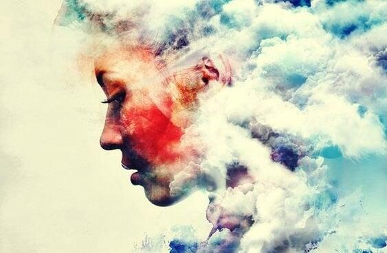 chica rodeada de nubes que representa las creencias que limitan el crecimiento personal