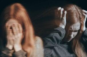 chica tapandose oídos desesperada a causa de su personalidad adictiva
