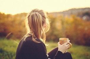 Chica con una taza en la mano