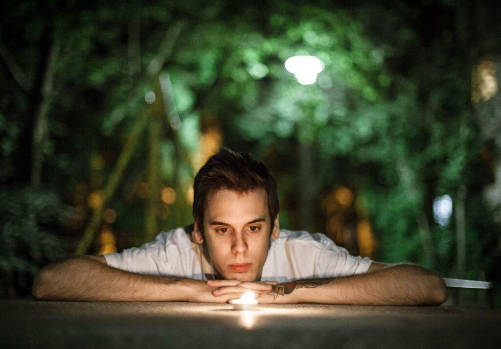 Chico mirando una vela encendida