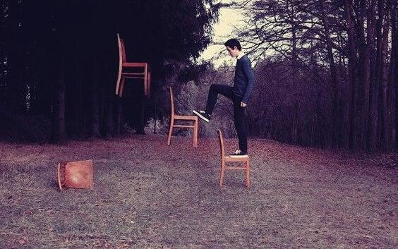 chico subiendo sillas representando las heridas emocionales del pasado