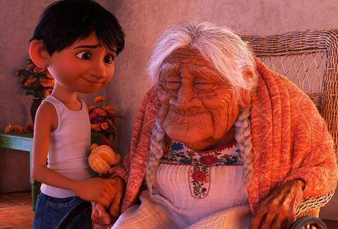 coco con su bisabuela