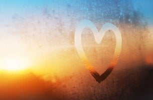 Corazón dibujado en el cristal de una ventana para representar el amor platónico
