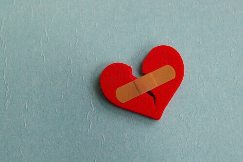Corazón roto con una tirita