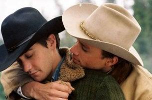 Dos hombres abrazados