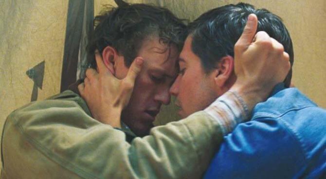 Dos hombres agarrándose con pasión