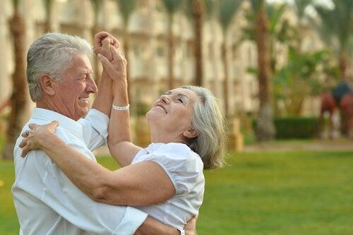 Dos personas bailando para combatir el envejecimiento cerebral