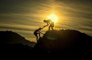 Dos personas en la pirámide de la radicalización