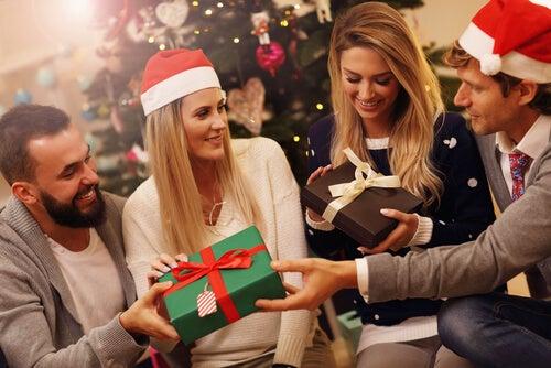 Familia dándose regalos de navidad