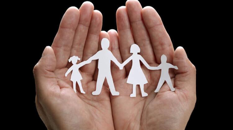 Familia de papel simbolizando las teorías de Salvador Minuchin