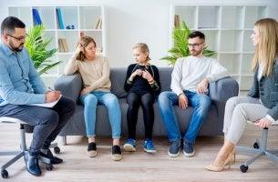 Familia haciendo terapia
