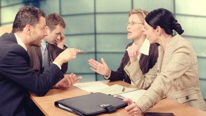 Grupo de trabajo negociando y mostrando indiferencia asertiva
