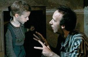 Guido con su hijo en la película La vida es bella