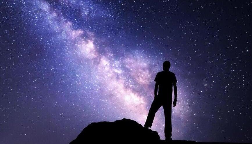 hombre en el universo pensando en su dharma
