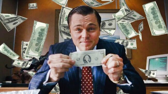 Protagonista de la película El lobo de Wall Street con muchos billetes