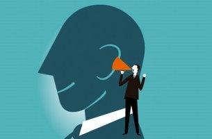 hombre con megáfono representando los beneficios de pensar en voz alta