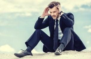 hombre con traje sentado que necesita un botiquín psicológico en la empresa